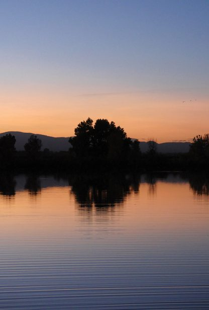 Post-sunset sky gradient reflection, blue to orange