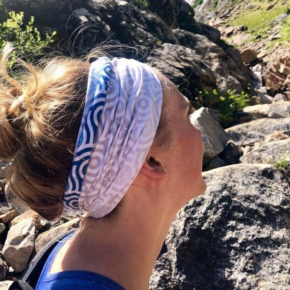 Happier Bandana headband white grey blue, blond woman, mountains